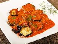 Пържени патладжани (син домат) на кръгчета с доматен сос